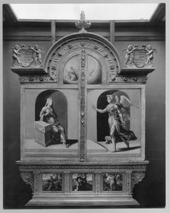 De annunciatie (boven); de H. Franciscus, de visitatie, de H. Sebastiaan (onder)