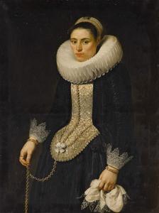 Portret van een vrouw in zwart kostuum met grote plooikraag kraag en neusdoek