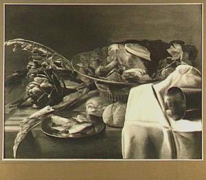 Stilleven van vlees, artisjokken en brood op een tafel