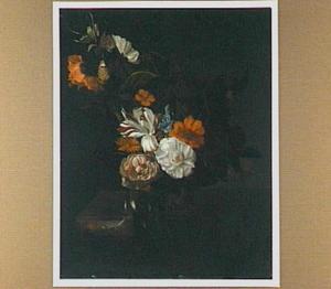 Stilleven met bloemen in een vaas op een marmeren plint