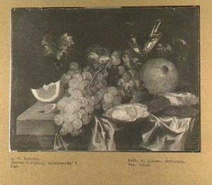Stilleven met vruchten, oesters en wijnglas op tafel met kleed