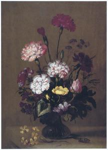 Stilleven met bloemen in vaas; insekten en takje bloemen op voorgrond