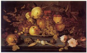 Stilleven van vruchten op een porseleinen schaal, schelpen, bloemen en een hagedis