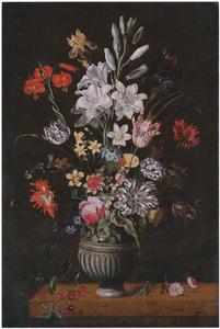 Bloemen in een steengoed vaas op een houten tafel