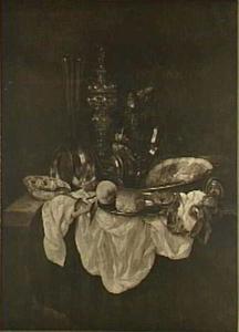 Stilleven met glas, akeleibeker, porseleinen kom, brood, krab en horloge op donker kleed met wit dek