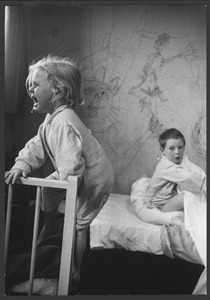 Twee van Luceberts kinderen (Maja huilend) in een kamer waarvan Lucebert de wanden heeft geschilderd, Bergen ca. 1958