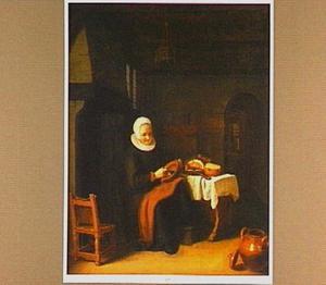 Oude vrouw aan een keukentafel