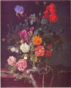 Bloemen in een zilveren vaas op een marmeren blad met een purperen tafelkleed