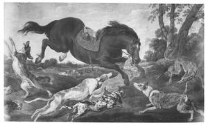 Een gezadeld paard, aangevallen door jachthonden