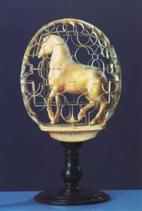 Ivoren paardje in een kooi