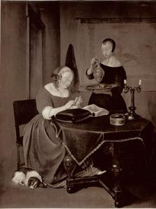Jonge vrouw die haar nagels knipt, met een dienstmeid in een interieur