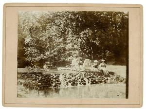 Familie Kroese-Engelenburg in een park