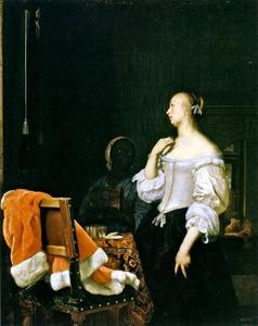 Vrouw staande voor een spiegel