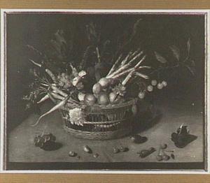 Stilleven van vruchten engroente in een tenen mandje op een tafelblad
