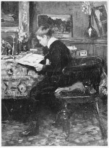 De kleinzoon van de schilder bekijkt tekeningen in een interieur