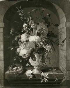 Bloemstilleven in een porseleinen vaas en een vogelnest op een piëdestal in een nis