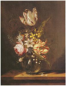 Bloemen in een bolle glazen vaas, slak en bloembladjes op een stenen plint