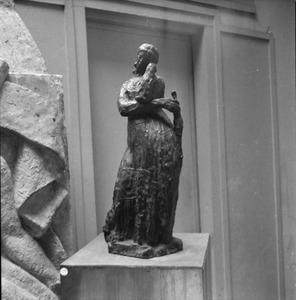 Het atelier van van Antoine Bourdelle met brons van een vrouw ten voeten uit