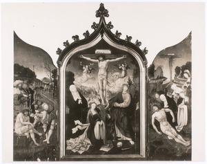Christus op de koude steen (links), de kruisiging (midden), de bewening (rechts)