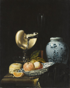 Stilleven met een nautilusbeker, fluitglas, porseleinen dekselpot en schotel met vruchten