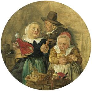 Twee kinderen met speelgoed en een man met een fluit in een interieur