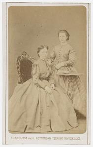 Portret van twee onbekende vrouwen