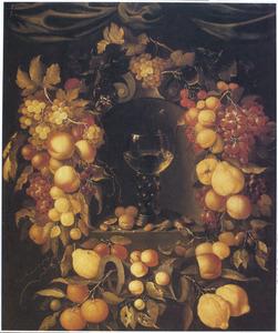 Een roemer in een nis, omringd door vruchtenfestoenen