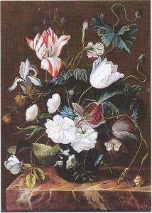 Bloemen in een glazen vaas, met vlinders en een slak, op een marmeren blad
