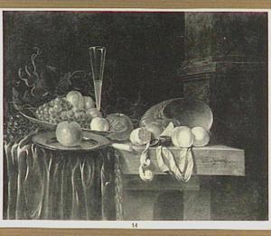 Stilleven van vruchten, nautilusschelp en fluitglas