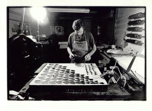 Jan Cremer aan het werk in de printshop van Piet Clement