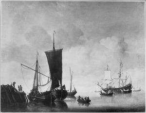 Een kaagschip en een hoeker op kalm water aan een pier; in de verte een fregat