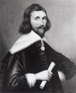 Portret van een man met een opgerold document in de hand