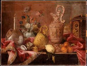 Stilleven met siervaatwerk, bloemen en vruchten
