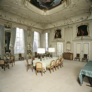 Regentenkamer met decoratiestukken boven de deuren, tegen de schoorsteenboezem en tegen het plafond.