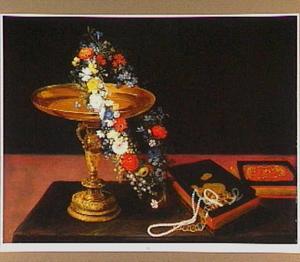 Stilleven van een tazza versierd met een bloemenslinger en juwelenkistje