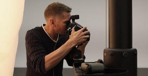 Erwin Olaf aan het werk in zijn atelier
