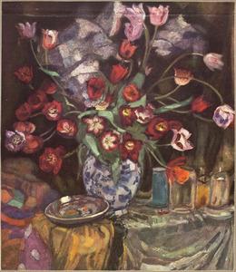 Stilleven met tulpen in delftsblauwe vaas, flessen en schotel