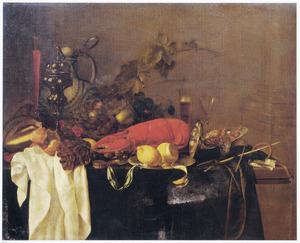 Stilleven met vruchten, kreeft en pronkbeker