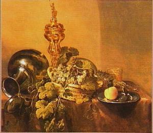 Stilleven met akeleibeker, tinnen kan en bord, mand met druiven op een donker (bruin) kleed