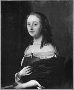 Portret van een jonge vrouw met een waaier in de linkerhand