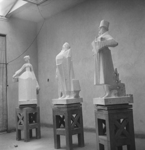 Het atelier van Jan Bronner in de Rijksakademie met de beelden van Suzanne Noiret, Buikje en Nurks, figuren uit de Camera Obscura van Hildebrand