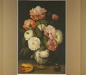 Porseleinen vaasje met rozen; op de voorgrond een losse tulp en een vlinder
