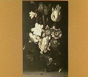 Bloemstilleven in een glazen vaas met roos, tulp, lelie en narcis
