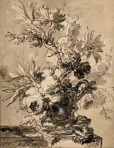 Bloemen in en aan de voet van een vaas, met oor, op een tafel