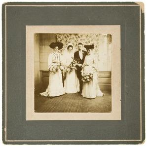 Portret van Agatha Berendina Rijkee (1877-1936), Willem Jacob Fortuijn Droogleever (1873-1953) en twee vrouwen, waarschijnlijk zijn zusters