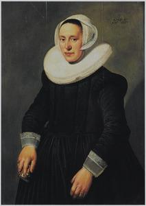 Portret van een vrouw op 47-jarige leeftijd met een missaal in de rechterhand