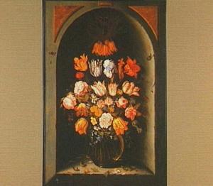 Glazen vaas met bloemen in een nis