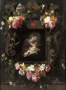 Gebeeldhouwde cartouche versierd met bloemen rondom een voorstelling van Maria en Christus