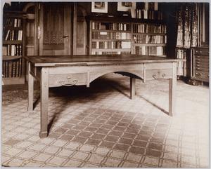 Tafel in het interieur van het advocatenkantoor van mr. F. Kranenburgh aan de Keizersgracht te Amsterdam