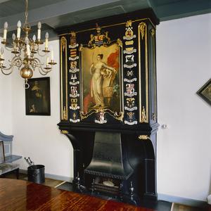 Hangende schoorsteenboezem in rococo-stijl voorzien van gesneden wapenschilden en een schildering met Vrouwe Justitia